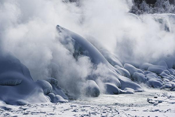 2015年2月20日,加拿大尼加拉大瀑布出现壮观的冰瀑奇观。(Aaron Vincent Elkaim/Getty Images)