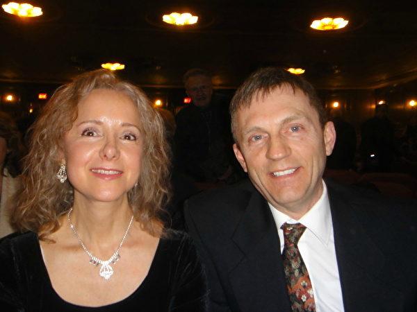知名再生能源公司的商務發展總監Mark Smith及夫人芭蕾舞蹈演員Cynthia來看了今晚的演出,讚歎不已。(滕冬育/大紀元)