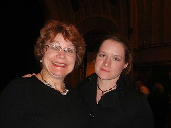 軍官Michaloski小姐和媽媽敬佩有勇氣熱愛美好的神韻藝術家們。(滕冬育/大紀元)