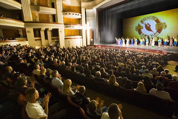 2月18日至24日,神韵世界艺术团在加州圣地亚哥北郡的加州艺术中心上演包括三场加场在内共9场演出,场场一票难求。图为2月21日,演出结束后演员们谢幕,观众报以热烈鼓掌。(季媛/大纪元)