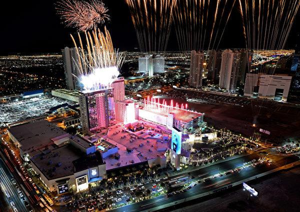 拉斯維加斯SLS大飯店開業當晚放煙花慶祝。(Ethan Miller/Getty Images for SLS Las Vegas)