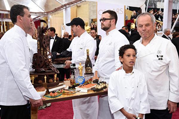 奧斯卡頒獎禮晚宴席開150桌,右為奧地利名廚沃爾夫岡‧帕克(右)。(Kevork Djansezian/Getty Images)