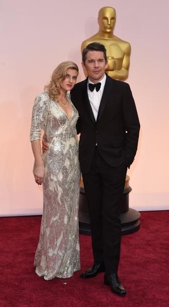 最佳男配角入圍者伊桑‧霍克(Ethan Hawke)與妻子。(MARK RALSTON/AFP/Getty Images)