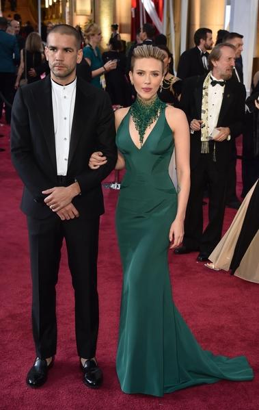 斯嘉麗‧約翰遜與丈夫。(MLADEN ANTONOV/AFP/Getty Images)