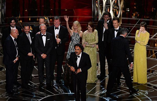 《鳥人》獲第87屆奧斯卡最佳影片獎,全體主創登台,墨西哥名導伊納里圖致辭。該片還贏得最佳導演、最佳原創劇本和最佳攝影獎。(ROBYN BECK/AFP/Getty Images)