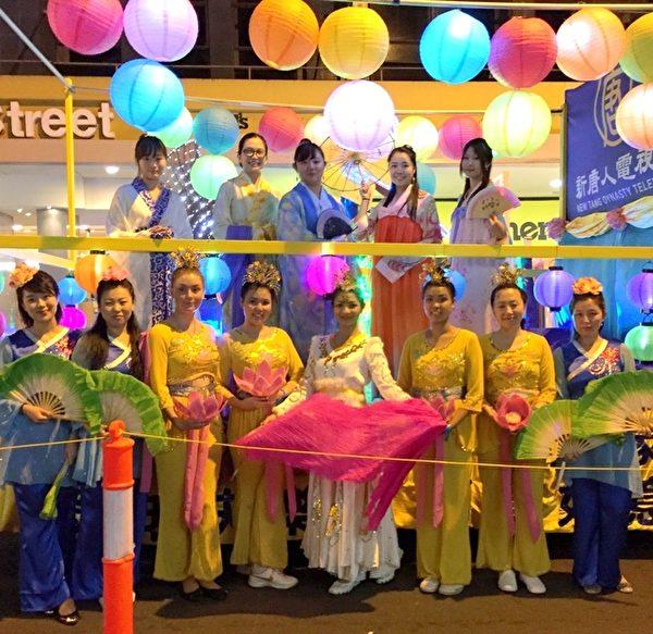 2015年2月22日晚,悉尼庆祝黄历新年花灯大游行在市中心隆重上演,各族裔社团和其他组织共3000多人参加了游行。图为悉尼大纪元的游行队伍。(Henry Lin/大纪元)
