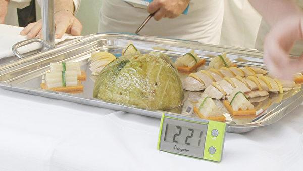主菜清蒸火鸡卷心菜包馅和造型婆罗门参。(图片﹕主办单位提供)
