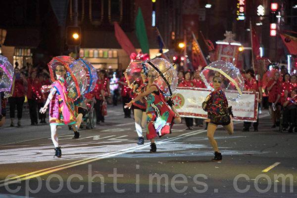 澳洲女孩也参入悉尼的华人新年庆典游行。(Henry Lin/大纪元)