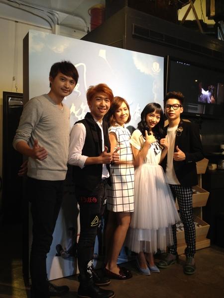 (左起)製作人陳建瑋、四個朋友成員劉佳銘、蘭馨、鄭宇伶、林正出席記者見面會。(寬宏藝術提供)