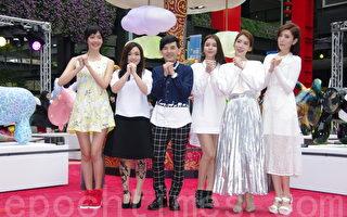百货羊年灯展于2015年2月26日在台北开灯。(左起)图为王心恬、徐佳莹、策展人黄子佼、Dream Girls。(黄宗茂/大纪元)