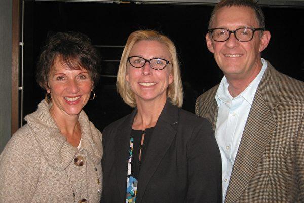 2月26日,福特汽车经销公司副总裁Maria Paine(左一)和朋友Chris Peterson夫妇观看了演出后表示,演出独一无二,无比高雅。(Albert Roman /大纪元)