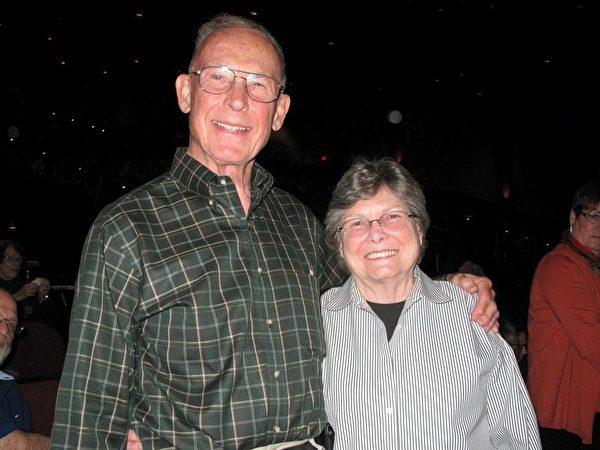 前加州最高法官David Minier和太太 Rickie观赏了2月26日晚神韵世界艺术团在加州贝克斯菲市罗伯班克剧院(Rabobank)举行的首场演。(刘菲/大纪元)