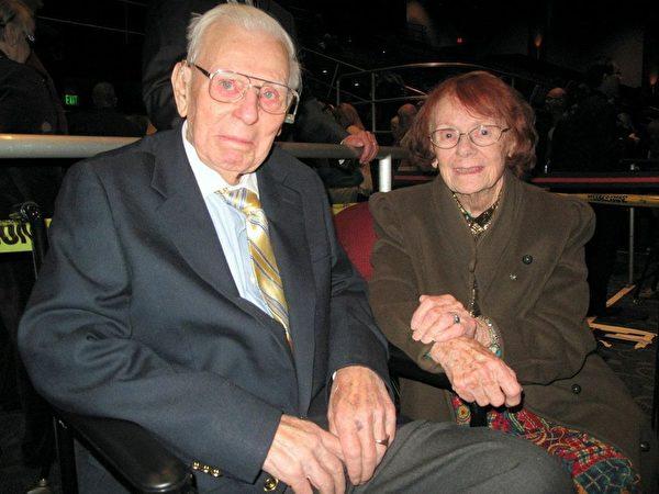 94岁的的二战英雄John Grenek和太太观赏了2月26日晚神韵世界艺术团在加州贝克斯菲市罗伯班克剧院(Rabobank)举行的首场演。(刘菲/大纪元)