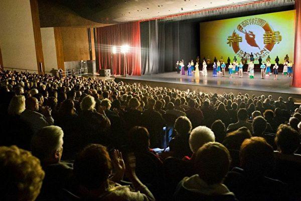 2月26日晚神韵世界艺术团在加州贝克斯菲市罗伯班克剧院(Rabobank)举行首场演出,再创爆满佳绩。(季媛/大纪元)