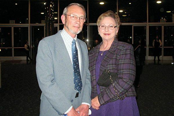 退休飞行员Daivd Brands和太太Sherry观赏了2月26日晚美国神韵世界艺术团在加州贝克斯菲市罗伯班克剧院的首场演出,表示非常喜爱。(刘菲/大纪元)