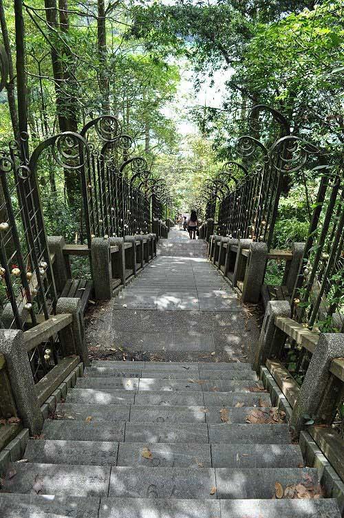 年梯步道,共有366階,每階代表一天,刻有該天出生的名人姓名。(圖片提供:tony)