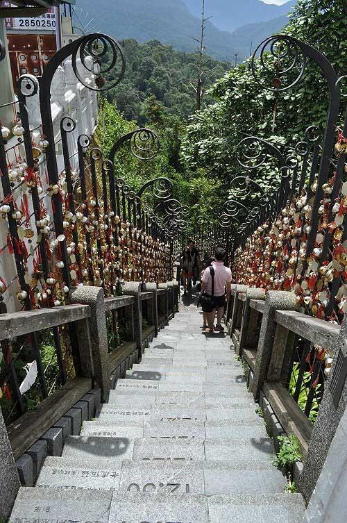 年梯步道,舊稱「通天梯」,是昔日信眾進香的朝山步道。(圖片提供:tony)