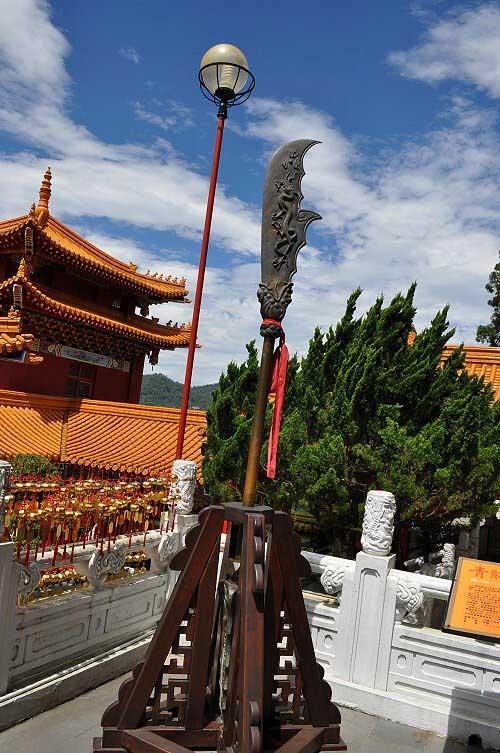 青龍偃月刀,青銅製,約三百台斤(中國山西省運城市解州關帝祖廟致贈)。 (圖片提供:tony)
