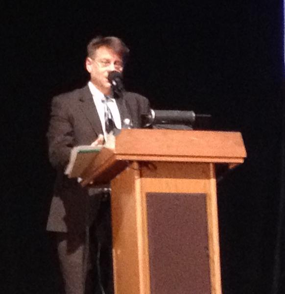 公共政策专家丹尼斯‧萨弗隆在史岱文森演讲,谈特殊高中考试制度新法案的影响。(读者提供)