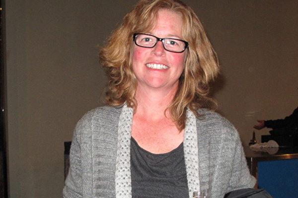 CBS热播电视真人实境秀《幸存者》(Survivor)第28季明星Kassandra McQuillen观赏了2月27日晚神韵世界艺术团在贝克斯菲罗伯班克剧院的第二场也是最后一场演出。(刘菲/大纪元)