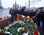 28日上午﹐謀殺現場不斷湧進民眾獻花、放置蠟燭。(AFP)