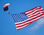 電子跳傘隊打開5000平方英尺的美國國旗。 (攝影:Mark Zou/ 大紀元)