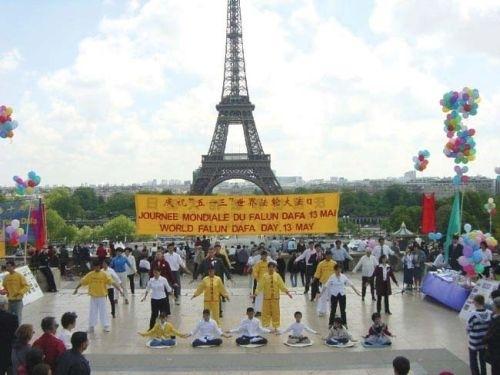 法國是法輪功來到西方的第一站,圖為法輪功學員在埃菲爾鐵塔前煉功。(大紀元)