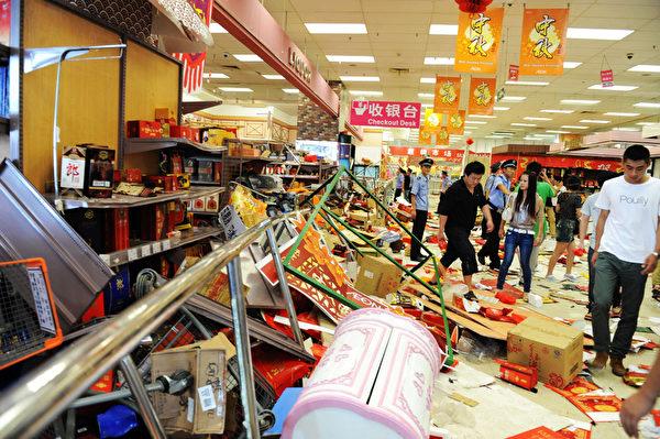 中國不少地方的反日運動演變成打、砸、搶、燒的打劫行動。圖為青島一家日系百貨公司JUSCO內部遭抗議人群攻擊後的景象。(GOH CHAI HIN/AFP)