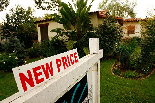经济学家分析,2月份的房产走势有助于降低房价。(Photo by David McNew/Getty Images)