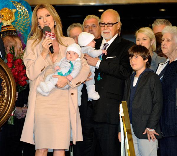 席琳狄翁与先生雷恩安杰利一家五口亮相。图为2011年夫妇俩抱着这对双胞胎出席记者会,右边的男孩是他们的大儿子。(Ethan Miller/Getty Images)