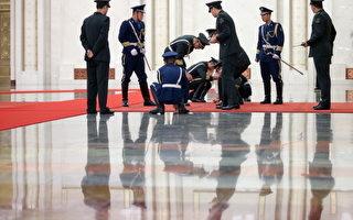 港媒報導稱,中共兩會期間,政治氣氛頗為緊張,中央警衛局高層人事變動,官兵大部份調離,改由38軍精銳部隊進駐。習近平近衛軍大換班,或意味著反腐風暴將有大動作。(Photo by Feng Li/Getty Images)