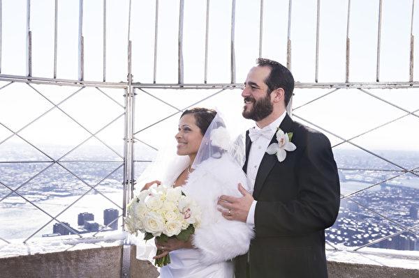 纽约帝国大厦情人节,一对新人举行浪漫婚礼。(戴兵/大纪元)