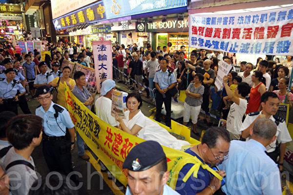 自2012年6月以來,中共江澤民集團及地下黨特首梁振英撐腰的「香港青年關愛協會」(青關會)侵擾多個法輪功真相點,使出多種粗暴流氓招術,包括聚眾圍堵、人身侮辱、高聲叫囂挑釁、噪音滋擾、暴力襲擊等等,雖經法輪功學員多次報案投訴,警方仍然沒有依法制止惡行。輿論認為,這是選擇性執法的典型事例。(大紀元)