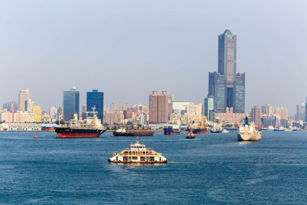 高雄港位于台湾高雄市的海港,为台湾四座主要国际港之一,而且是台湾首要的海运枢纽、与货运进出口门户,港口货物吞吐量,约占台湾整体港口货物吞吐量二分之一。其毗邻高雄市中心,港区范围横跨高雄市6个行政区,是台湾第一大港、世界第十三大港口 。(郑顺利/大纪元)