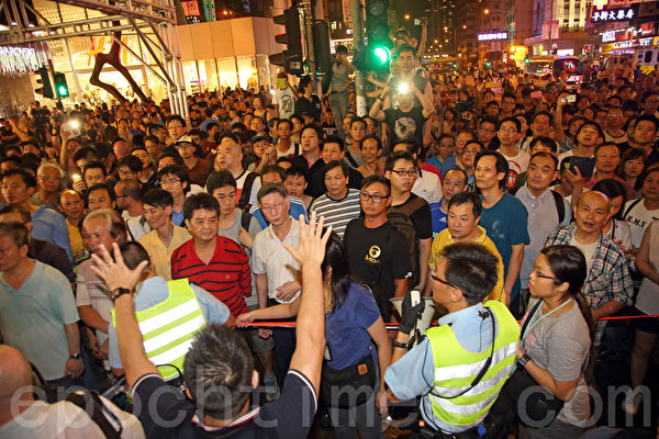 10月3日,中共正式启动潜伏在香港的各种地下党员、特务组织、以同乡会、商会名义掩盖下的外围特务组织、中共控制的黑社会帮派成员,以动员庞大人力,大规模袭击、围攻参与香港雨伞革命的民众,香港旺角民众抗议现场一片混乱,中共黑社会黑帮成员冒充市民身份,恐吓、辱骂和袭击香港市民。(潘在殊/大纪元)