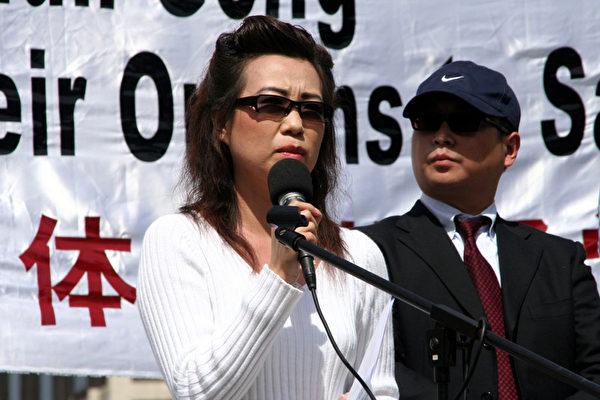 2006年4月20日在美國白宮附近,證人安妮與皮特現身記者會,揭露中共活體摘取法輪功學員器官的滔天罪行。(明慧網)