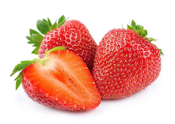 草莓切開後,其中的維生素容易遭到分解,所以草莓整顆吃營養價值較高。(Fotolia)