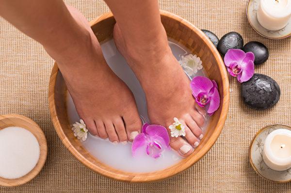 古人对于春季泡脚早有研究,对春日里脚部的养护有过论述,最简单的方法就是多沐足,用热水加上少许的粗盐泡洗,长期坚持能行气血通经脉,起到多种意想不到的保健功效。(fotolia)