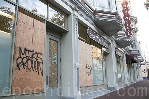 加州奥克兰市一家Smart & Final超市在弗格森事件后的骚乱中遭抢劫。(马有志/大纪元)