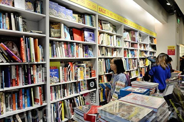 近几年来,尽管电子书籍越来越流行,但是消费者对纸本书的需求仍然不减。二手书店、网络、车库拍卖、跳蚤市场等都是寻找二手书的好地方。(宋祥龙/大纪元)