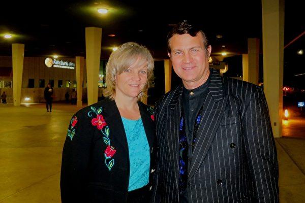 """2月27日,洛杉矶教师Michael Leon先生和太太Sally Leon驱车前来贝克斯菲市观看演出后,感叹于神韵带来""""神圣之美""""。(吕如松/大纪元)"""
