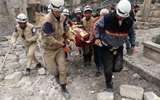叙利亚的人权观察家表示,塔利班分支组织于2015年2月26及27日,与反政府的武装部队在阿勒颇发生激战,造成35人死亡。本图为2015年2月21日政府在阿勒颇空袭后,民兵守卫队在断垣残壁中救出伤者。(Fadi al-Halabi/AFP/Getty Images)