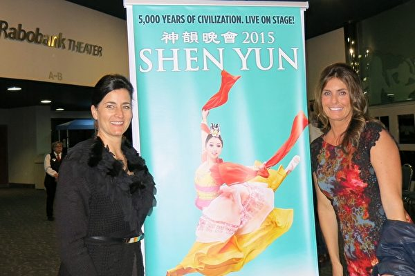 2月27日晚,中学教师、加州奖学金联盟副理事长Wendy May(左)观赏了神韵世界艺术团在2015年在加州贝克斯菲罗伯班克剧院的最后一场演出(任一鸣/大纪元)。