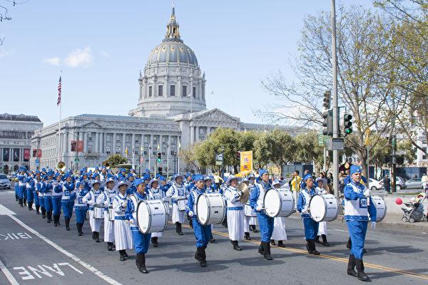 2月28日正月初十﹐舊金山法輪功學員舉行新年游行﹐給華人拜年送祝福。(周容/大紀元)