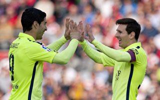 苏亚雷斯(左)把射空门的机会让给了梅西,助阿根廷人打破三场进球荒。(Jorge Guerrero/AFP/Getty Images)