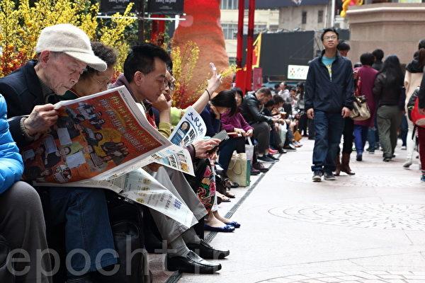 新年期間,大陸遊客來港購物之際,亦爭相看《大紀元》了解真相。(蔡雯文/大紀元)