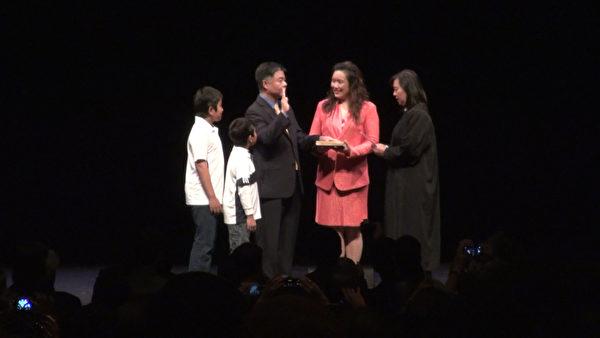 劉雲平與妻子和兒子一起宣誓就任國會議員。(薛文/大紀元)