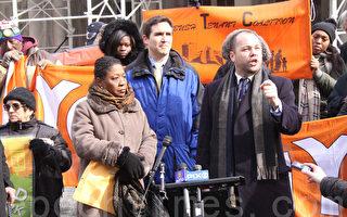 """民选代表、租客代表在市政厅前集会,呼吁延长""""稳租法案"""",发言者为市议员约翰逊(Corey Johnson)。(任倩雪/大纪元)"""