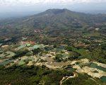人類對大自然的破壞,使得地球森林的面積正在快速的消失。圖為2015年2月13日拍攝的行經哥倫比亞考卡省(Cauca)的考卡河。非法盜採礦藏的問題嚴重破壞當地森林,傷害動物的棲息地,也造成環境的污染。(Photo credit should read LUIS ROBAYO/AFP/Getty Images)
