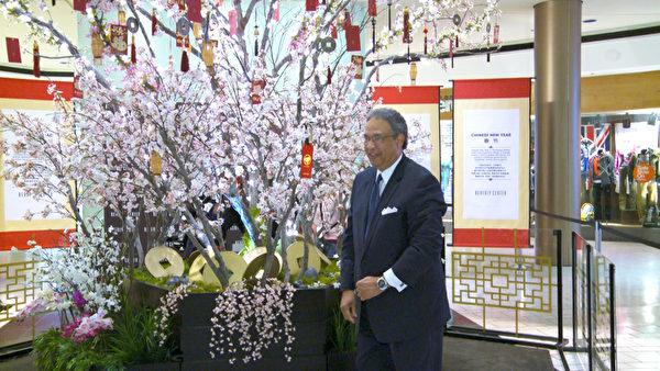 洛杉磯旅遊局總裁沃頓(Ernest Wooden Jr)在比佛利購物中心懸掛新年願望。(薛文/大紀元)